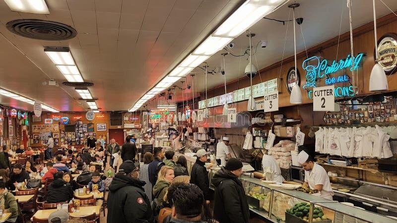 在卡茨熟食店,纽约, NY的吃饭的客人 库存照片