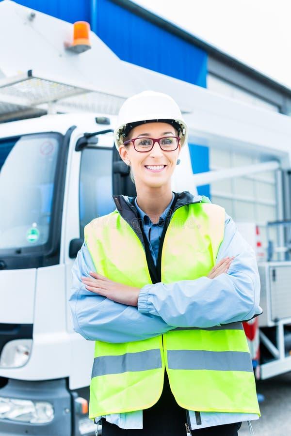 在卡车前面的女性工程师在站点 库存照片