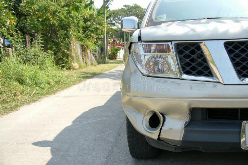 在卡车的正确的前面的凹痕 免版税库存照片