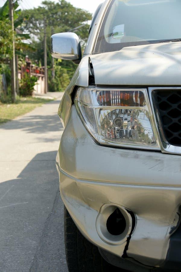 在卡车的正确的前面的凹痕 免版税库存图片