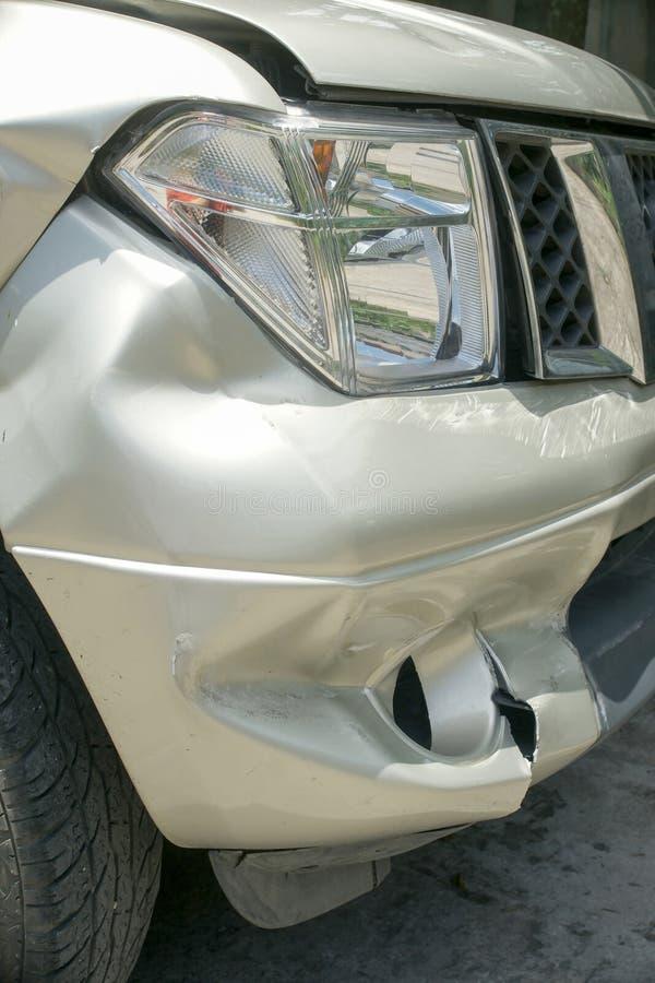 在卡车(从崩溃的损伤的)左前面的凹痕 免版税库存图片