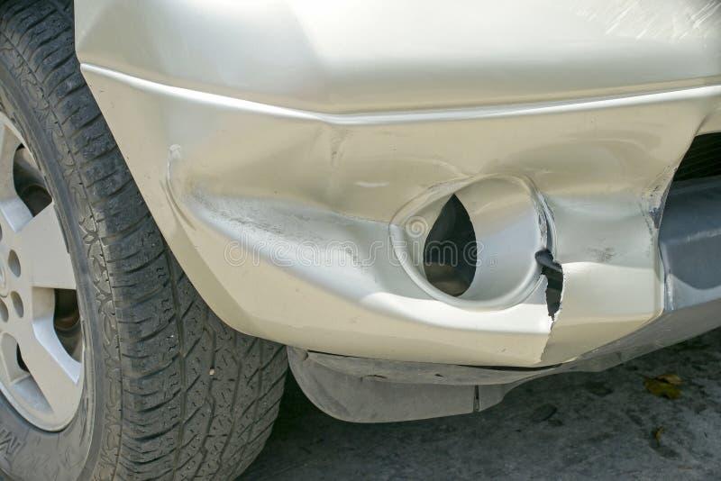 在卡车(从崩溃的损伤的)左前面的凹痕 免版税库存照片