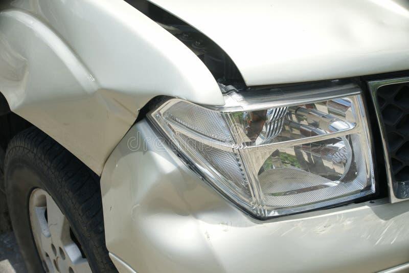 在卡车(从崩溃的损伤的)正确的前面的凹痕 库存照片