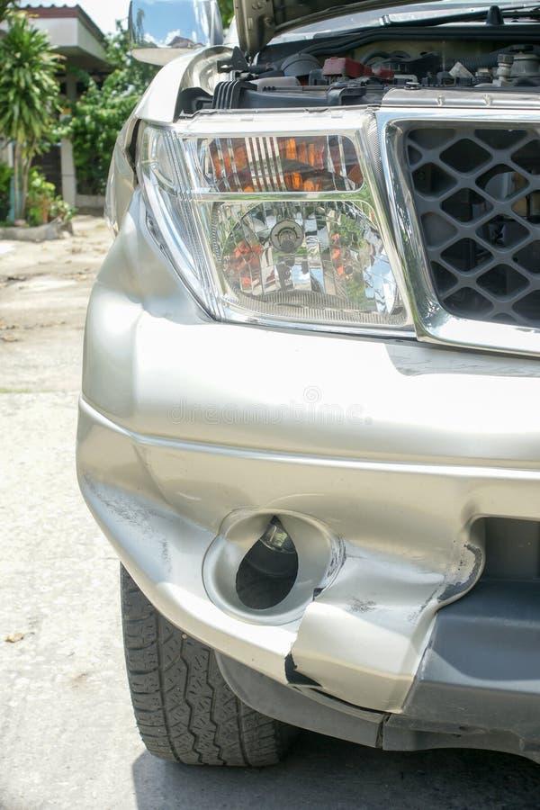 在卡车(从崩溃的损伤的)正确的前面的凹痕 图库摄影