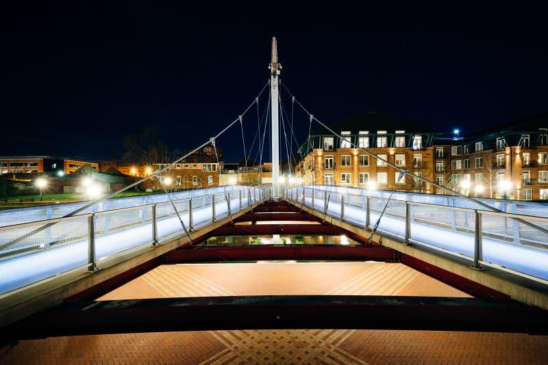 在卡洛尔小河的现代桥梁在晚上,在卡洛尔小河线 库存图片