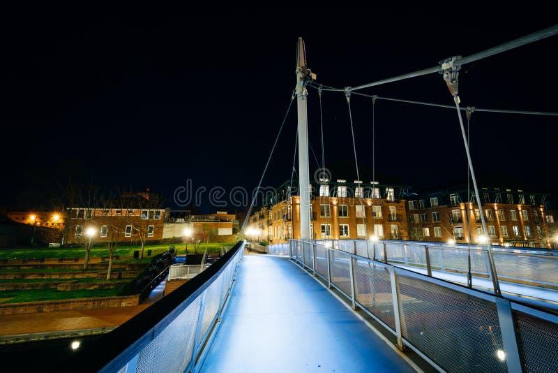 在卡洛尔小河的现代桥梁在晚上,在卡洛尔小河线 免版税图库摄影