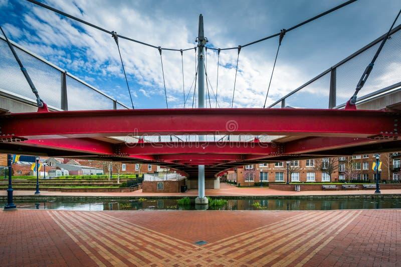 在卡洛尔小河线性公园的现代桥梁,在弗雷德里克, Maryla 库存照片