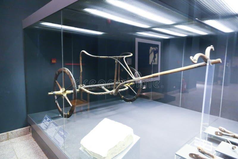 在卢克索博物馆埃及里面的军用轮子 库存照片