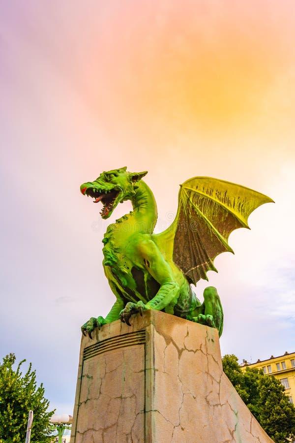 在卢布尔雅那桥梁的龙雕象 古老龙雕象当卢布尔雅那市,斯洛文尼亚首都的监护人标志 免版税库存照片