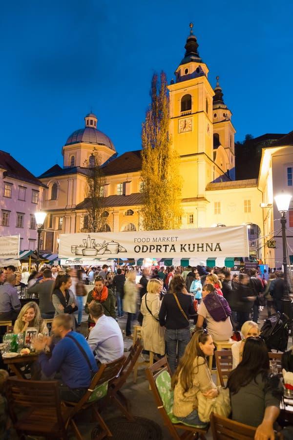 在卢布尔雅那,斯洛文尼亚开放厨房食物市场 库存图片