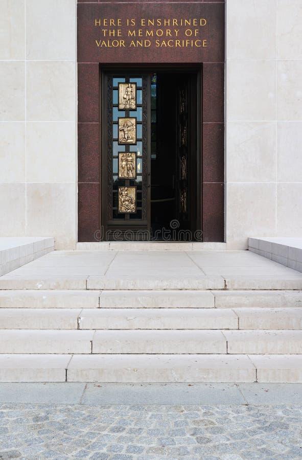在卢森堡美军公墓和纪念馆的白色石教堂门 免版税库存照片