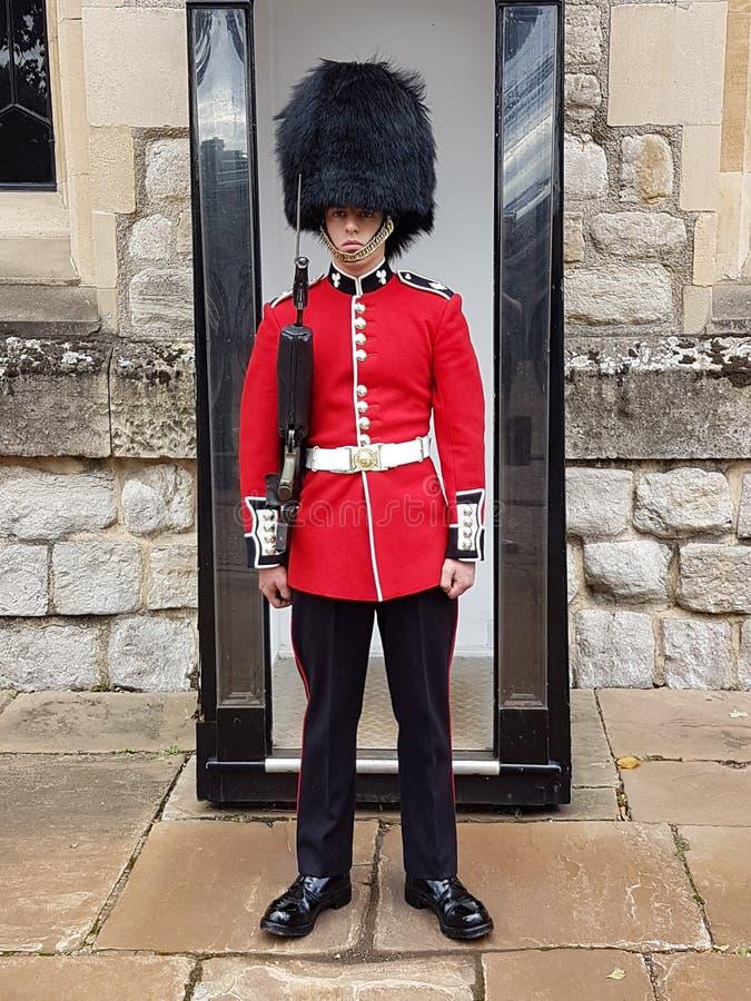 在卫兵在珠宝塔,伦敦塔的塔卫兵 库存照片