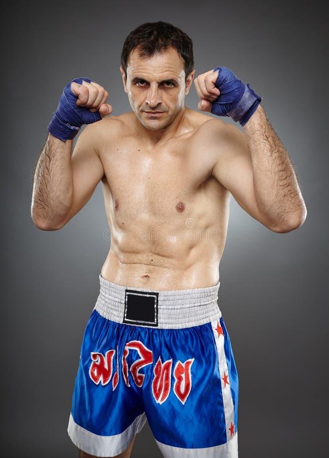 在卫兵姿态的Kickboxer 免版税图库摄影