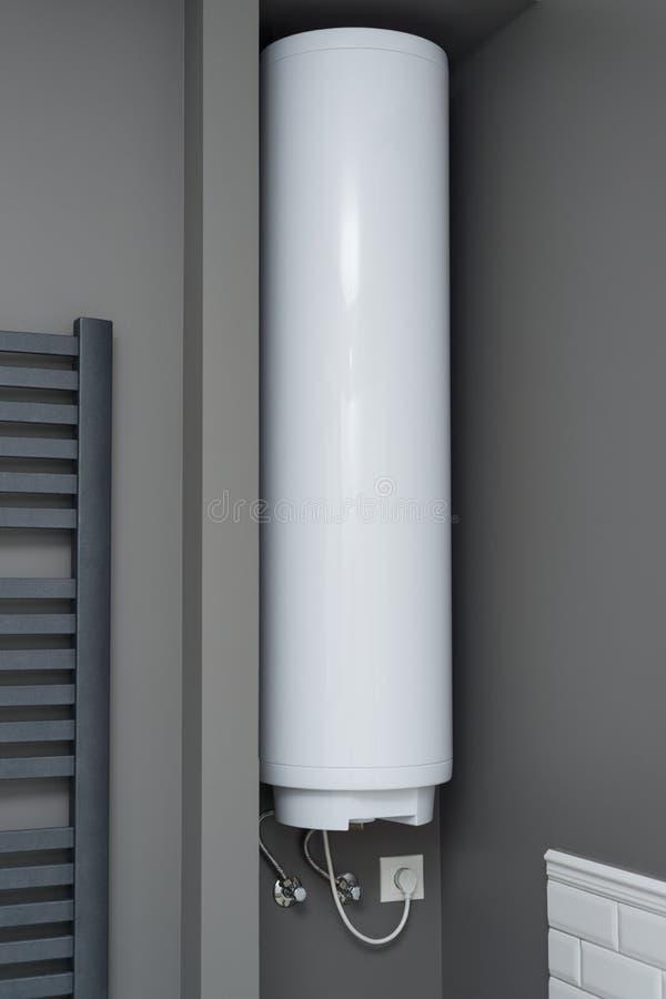 在卫生间内部的电水加热器锅炉 内部详述特写镜头 图库摄影