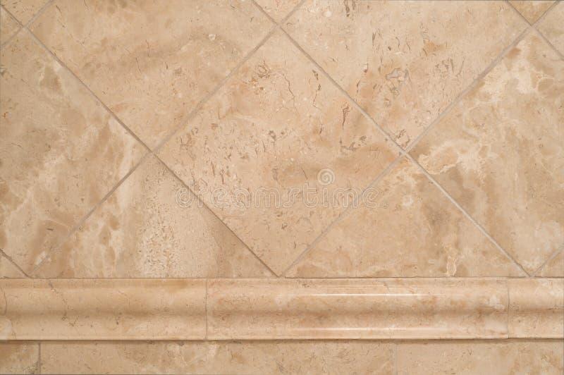 在卫生间墙壁上的米黄石瓦片 图库摄影