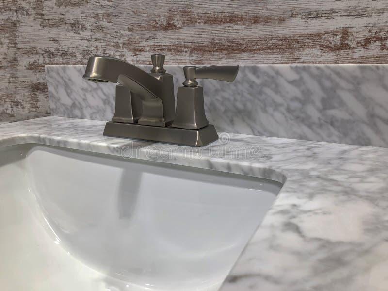 在卫生间虚荣上面的大理石工作台面 免版税库存图片