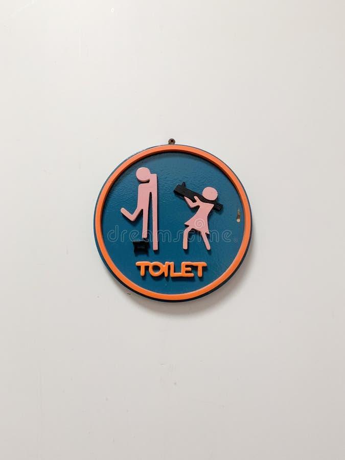 在卫生间,美好的色环的前面的标志 免版税库存图片