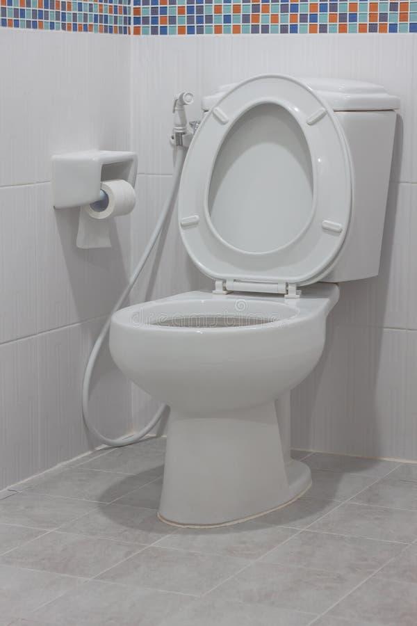 在卫生间里面的白色干净的洗手间 库存照片