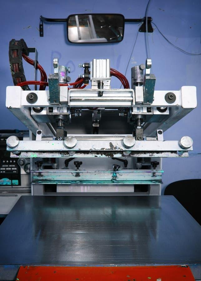 在印刷店的老丝绸掩护机器 免版税图库摄影