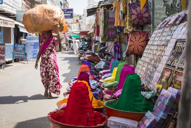 在印地安市场,印度,亚洲上的五颜六色的tika粉末 免版税库存图片