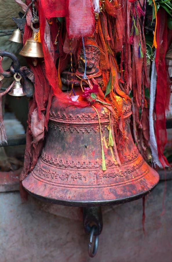 在印度寺庙的古铜色响铃在加德满都,尼泊尔 免版税库存照片