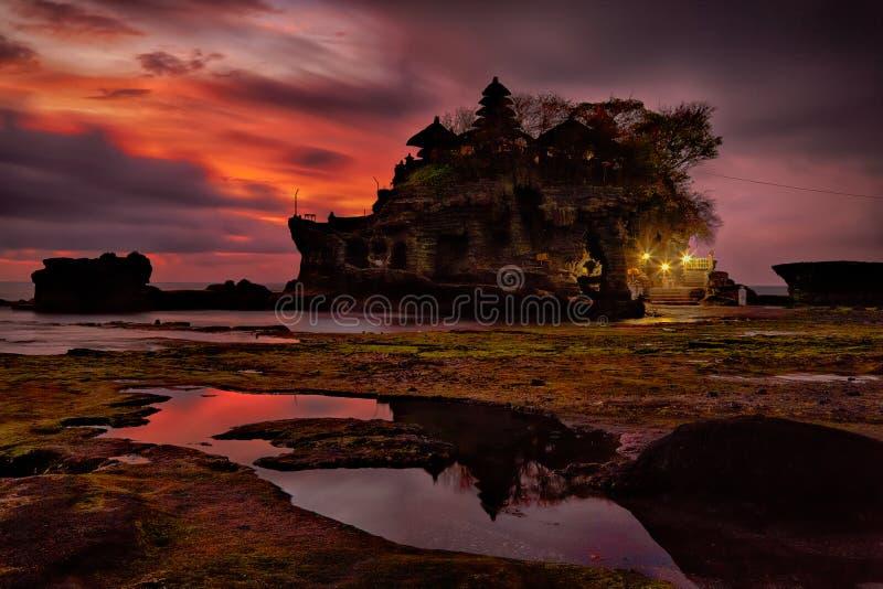 在印度寺庙Pura Tanah全部,巴厘岛的日落 免版税库存图片