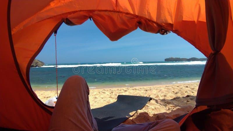 在印度尼西亚日惹市桑德兰海滩的橙色帐篷内拍摄的 免版税图库摄影
