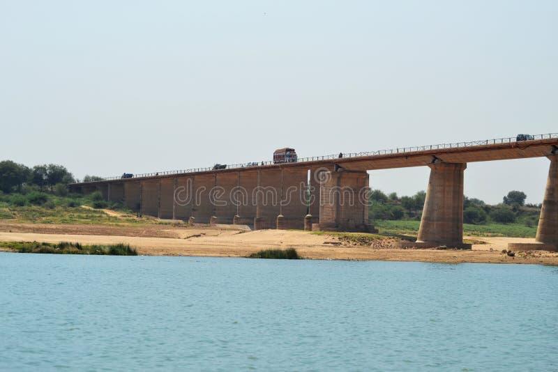 在印度的chambal河的长的跨线桥桥梁 库存照片