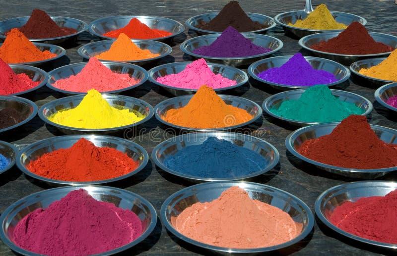 在印第安市场上的五颜六色的tika粉末 免版税库存照片