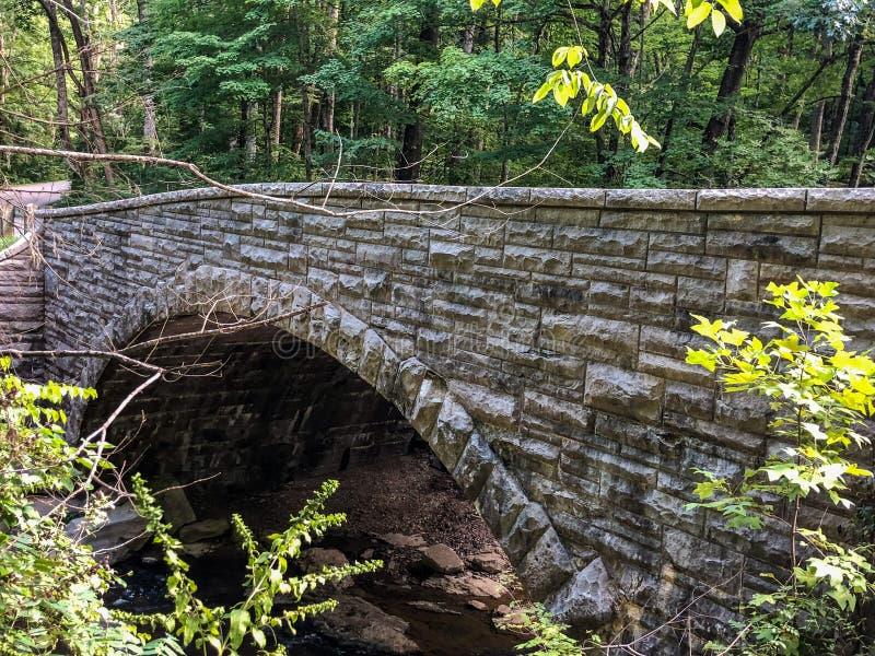 在印第安纳国家公园的石曲拱桥梁 库存图片