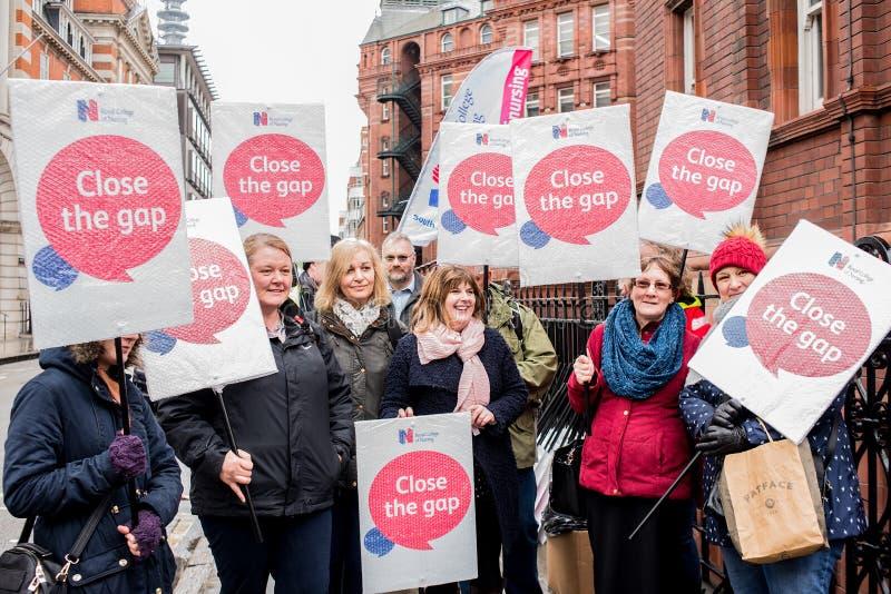 在危机示范的NHS,通过中央伦敦,在NHS的资助不足抗议和私有化的 免版税库存图片