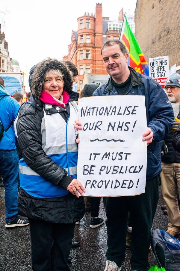 在危机示范的NHS,通过中央伦敦,在NHS的资助不足抗议和私有化的 免版税库存照片