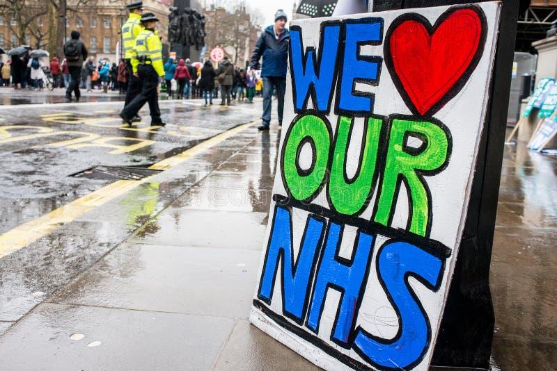 在危机示范的NHS,通过中央伦敦,在NHS的资助不足抗议和私有化的 免版税图库摄影