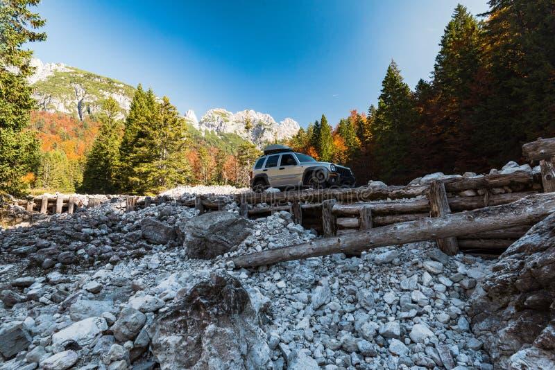 在危险路的rad汽车在山 免版税库存图片