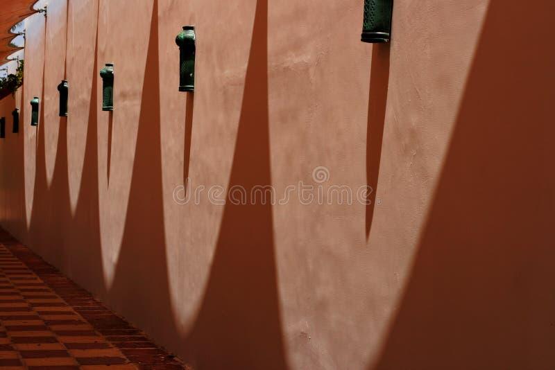 在卵形形状的墙壁上的阴影 免版税库存照片