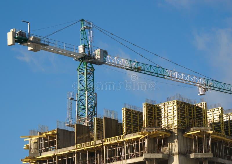 在卷扬房子onstruction的大厦起重机之上 免版税库存图片