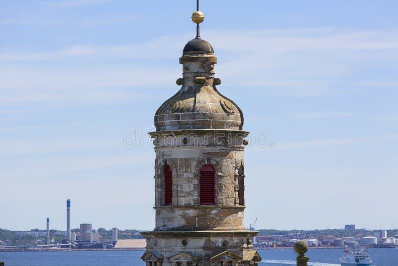 在厄勒海峡海峡、看法在塔和波罗的海,赫尔新哥,丹麦的中世纪克伦堡城堡 免版税图库摄影