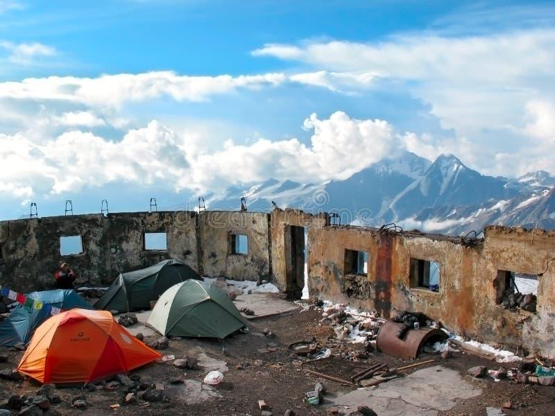 在厄尔布鲁士峰的倾斜的帐篷阵营 高加索,俄国 免版税库存图片