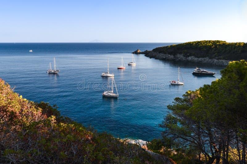 在厄尔巴岛海岛,托斯卡纳,意大利附近的风船 库存照片