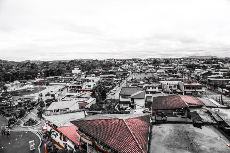 在厄瓜多尔和屋顶的惊人的天空 免版税图库摄影