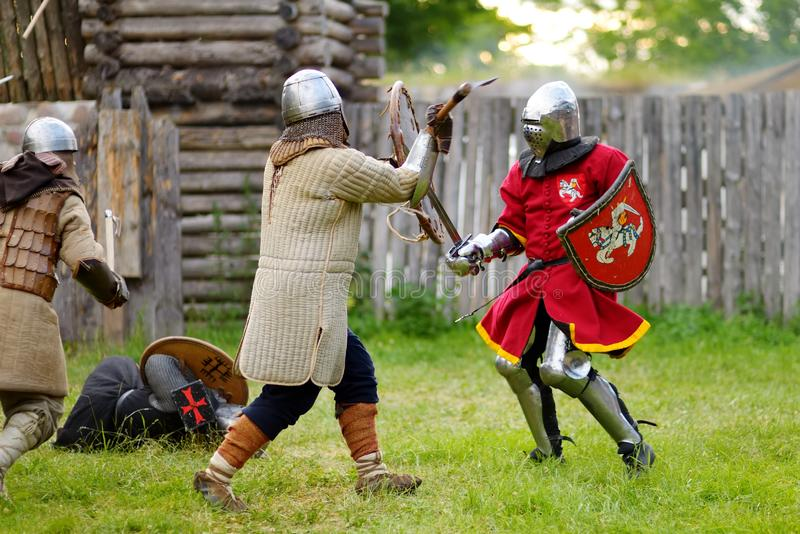 在历史再制定期间的人佩带的骑士服装在每年中世纪节日,举行在特拉凯半岛城堡 免版税库存照片