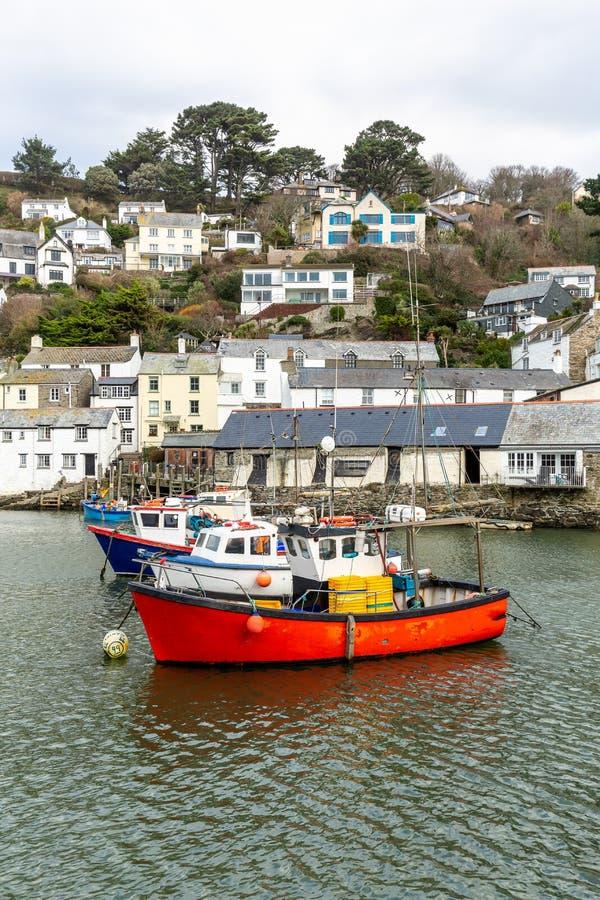 在历史和古雅Polperro港口停泊的红色渔船在康沃尔郡,英国 免版税图库摄影