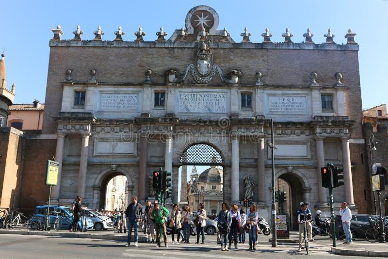 在历史地方附近的游人漫步在罗马 图库摄影
