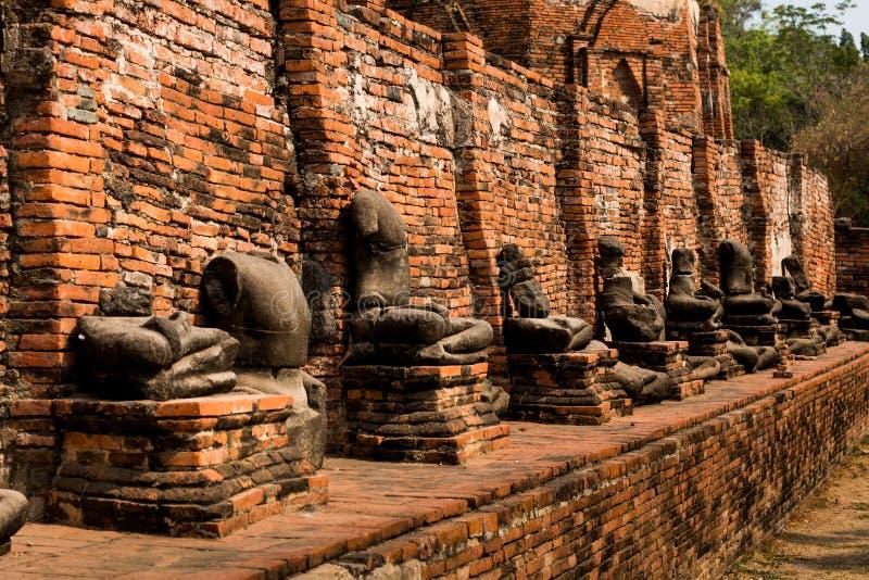 在历史地方Wat Mahathat寺庙的美丽的老断裂菩萨雕象 国家泰国遗产  免版税库存图片