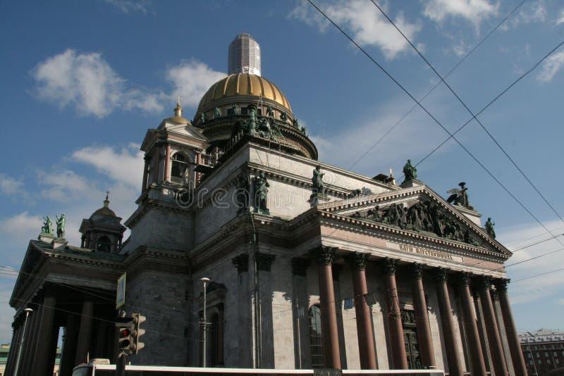 在历史大厦的看法在圣徒Isaak大教堂圣彼德堡在与蓝天的晴朗的冬日 库存照片