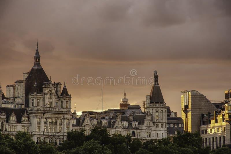 在历史建筑的日落在伦敦,英国 库存图片