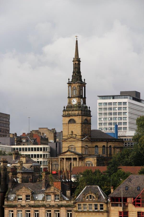 在历史教会和它的尖顶的更加接近的看法在多云天空下在新堡北部东部英国英国 图库摄影