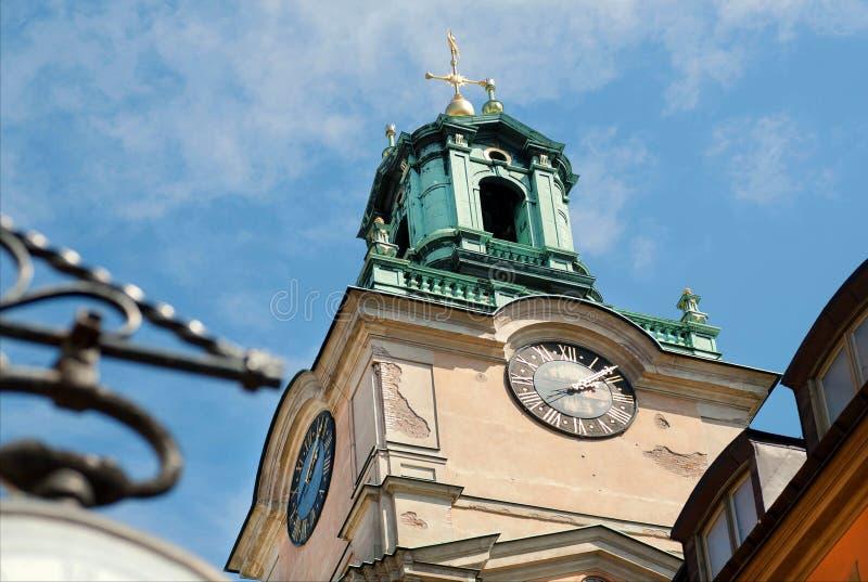 在历史教会Gamla斯坦,老镇Storkyrkan的钟楼在Sockholm,瑞典 库存图片