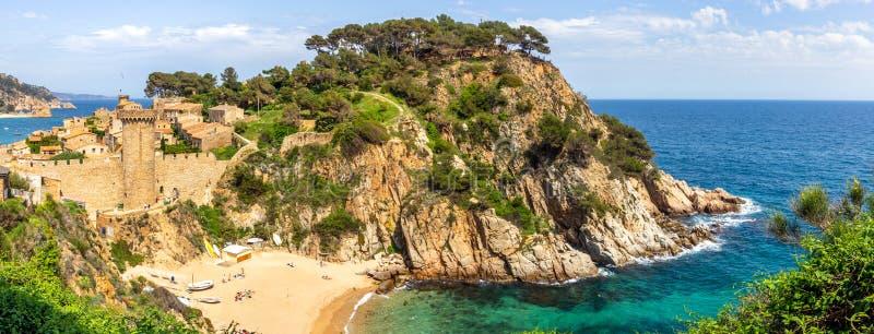 在历史的海滩镇托萨德马尔肋前缘Brava海滩的,西班牙的看法 库存图片
