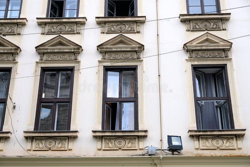 在历史的盛大贝尔格莱德大厦,塞尔维亚的Windows 免版税库存照片
